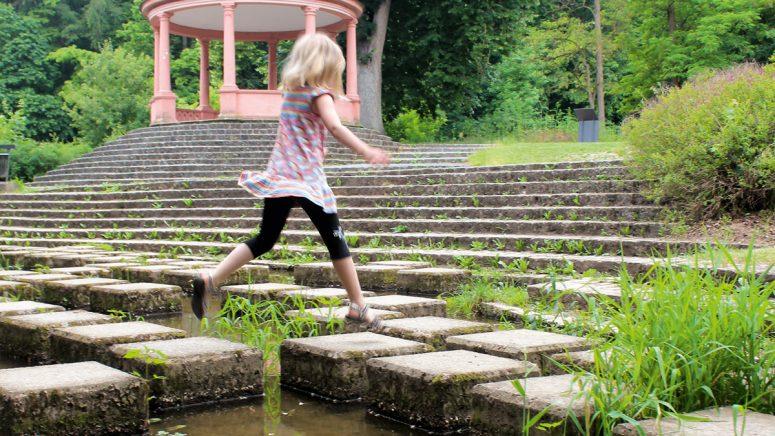 111 Orte in Bamberg: Die Hüpfsteine im Hainpark